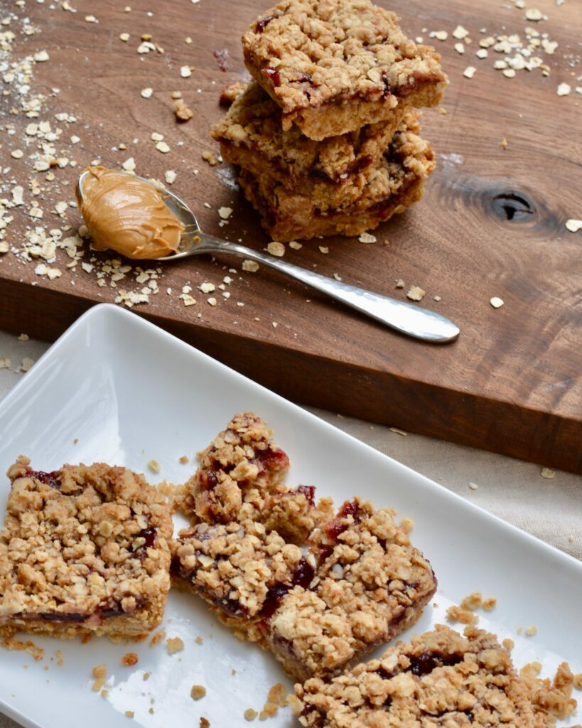 Peanut Butter and Jelly Oat Bars | Breakfast the whole family will love. Simple, healthy and filling. #oatbars #peanutbutter #jelly #quickbreakfast